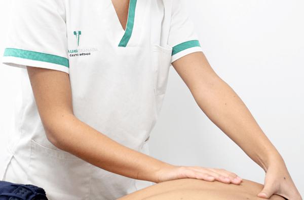 Fisioterapeuta masajeando espalda