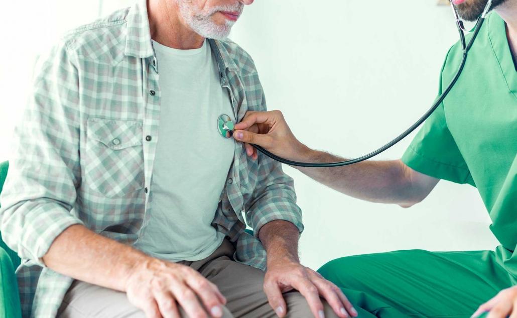 un profesional de la medicina en Trauma Granada osculta a un paciente