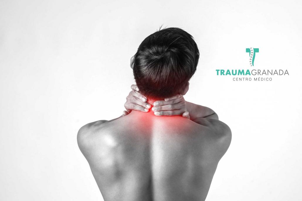 Persona simulando dolor de cuello que se trata con fisioterapia en Trauma Granada